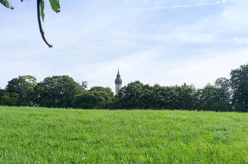 Grüne Idylle mit Klostertürmchen